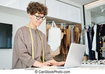 desenho, ficar, profissional, laptop, bonito, frente, roupas