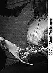 desesperado, mujer de negocios, firma, el, contrato, bajo presión