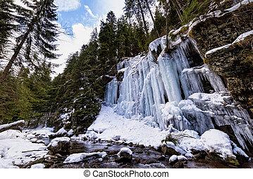 desfiladeiro, parede, coberto, em, congelado, gelo, formações, ao longo, um, montanha, rio
