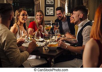 desfrutando, amigos, refeição