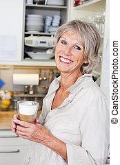 desfrutando, cappuccino, mulher, idoso, copo