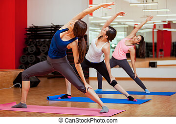 desfrutando, classe ioga, em, um, ginásio