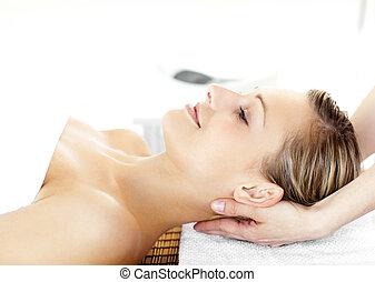 desfrutando, glowing, massagem, mulher, jovem