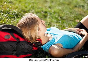 desfrutando, mochileiro, relaxamento, fresco, menina, capim, mentindo