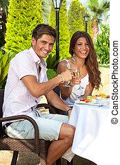 desfrutando, par, ao ar livre, refeição romântica