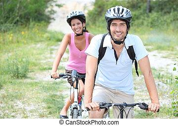desfrutando, par, passeio bicicleta