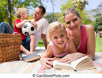 desfrutando, piquenique, família jovem, feliz