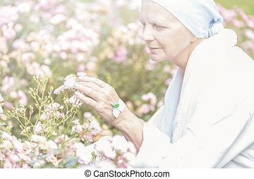 desfrutando, sênior, flores, jardim, câncer