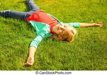 desfrutando, summer., vista superior, de, cute, menininha, mentindo, ligado, a, grama verde, e, sorrindo