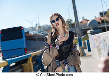 desgastar, andar, mulher, agasalho, jovem, trincheira, rua, bege, elegante