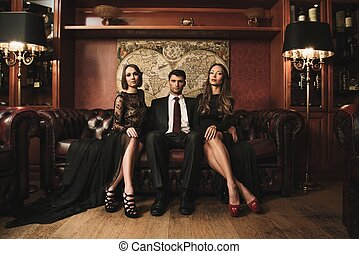 desgastar, bonito, morena, sentando, sofá, dois, paleto, bonito, mulheres