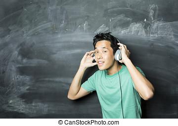 desgastar, chinês, blackboard., frente, fones ouvido, homem