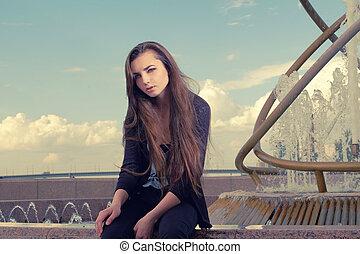 desgastar, cidade, mulher, olhar, sentando, concept., chafariz, olhando jovem, rua, câmera, desgaste, pretas, moda