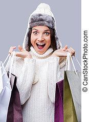 desgastar, compras, inverno, cinzento, feliz, gifts., jovem, contra, ficar, enquanto, morno, fundo, tempo, pacotes, roupa, segurando, mulheres