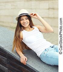 desgastar, cute, mulher, cidade, palha, verão, bonito, retrato, sorrindo, chapéu