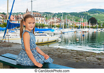 desgastar, cute, pequeno, moda, sentando, azul, banco, lago, retrato, menina, vestido