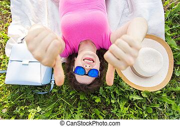 desgastar, engraçado, conceito, óculos de sol, topo, -, cima, mulher jovem, polegares, divertimento, retrato, feriados, mostrando, verão