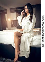 desgastar, falando, telefone, cama, bathrobe