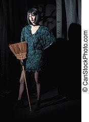 desgastar, ficar, mulher, broom., skirt., moda, verde, feiticeira
