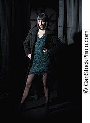 desgastar, ficar, mulher, room., coat., escuro, moda, pretas, gótico