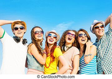 desgastar, grupo, pessoas, jovem, óculos de sol, chapéu