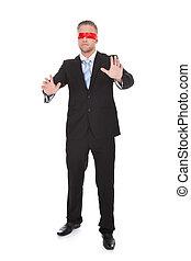 desgastar, jovem, elegante, homem negócios, blindfold, vermelho