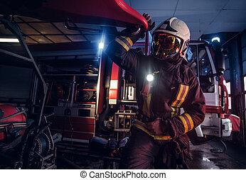 desgastar, lanterna, protetor, trabalhando, bombeiro, fogo, uniforme, garagem, estação, included