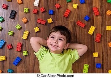 desgastar, menino, pequeno, blocos, camisa, coloridos, lotes, predios, indoor., caucasiano, criança, criança, divertimento, plástico, tocando, tendo, criando