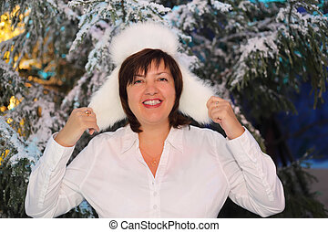 desgastar, middleaged, mulher, pele, camisa, neve, árvores, verde, levantar, sorrindo, chapéu, branca