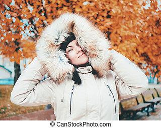desgastar, mulher, agasalho, parque, outono, morno, sorrindo