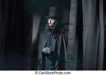 desgastar, mulher, feiticeira, sphere., vidro, moda, pretas, segurando, hat., capa