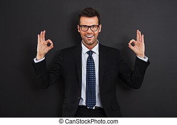 desgastar, ok, mostrando, sinal, homem negócios, óculos, feliz