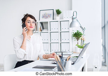 desgastar, olhar, trabalhando, dela, sentando, local trabalho, executiva, óculos, jovem, negócio, idéias, aside., paleto, novo, saída, formal