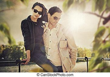 desgastar, par, óculos de sol, atraente, jovem