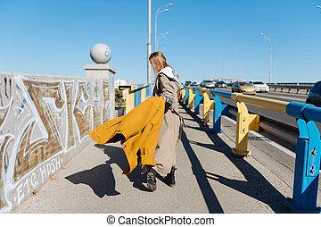 desgastar, ponte, andar, mulher, escuro-haired, agasalho, longo, trincheira