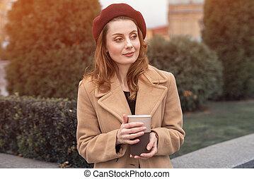 desgastar, vermelho, retrato, foto, copo, outdoors., pensativo, tingido, moda, femininas, rua., boina, mulher, outono, bonito, elegante, concept., agasalho, café, segurando, jovem