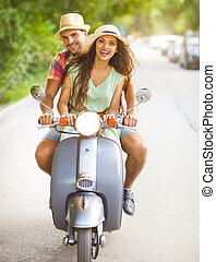 Desgastar, vindima, par, jovem,  scooter, rua, Montando, chapéus, Feliz