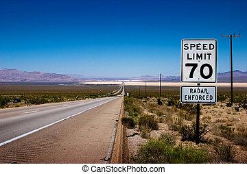 desierto, carretera, a, horizonte, con, un, señal de límite...