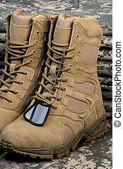 desierto, táctico, botas, y, militar, etiqueta, cadenas