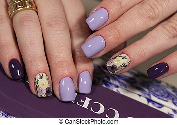 Design of manicure purple with a pattern of flowers