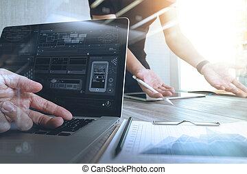 designer, hand, arbete, med, digital tablet, dator, och, smart, ringa, på, trä skrivbord, som, svars-, nät formge, begrepp