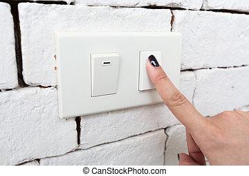 desligado, energy., mão, interruptor, apertando, salvar