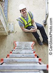 desligado, perna, escada, trabalhador, construção, ferir, queda