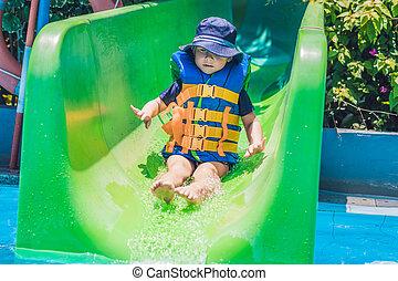 deslizamentos, menino, escorregar, parque, água, baixo, casaco, vida
