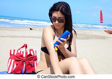 deslumbrante, femininas, modelo, pôr, creme sol, ligado, dela, corporal, ligado, praia tropical