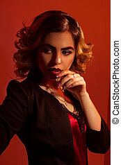 deslumbrante, senhora jovem, com, lábios vermelhos, e, bonito, penteado