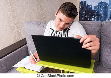 desnorteado, homem, trabalhando casa