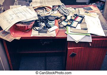 desordenado, lugar de trabajo, con, apilado de papel