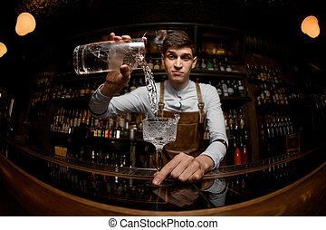 despejar, bartender, jovem, coquetel, jarro