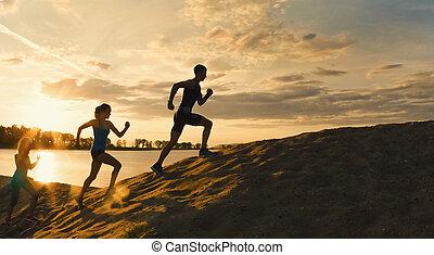 desporto, motivations, -group, de, atletas, -, duas meninas, e, um, sujeito, é, fugir, a, montanha, perto, rio, em, anoitecer